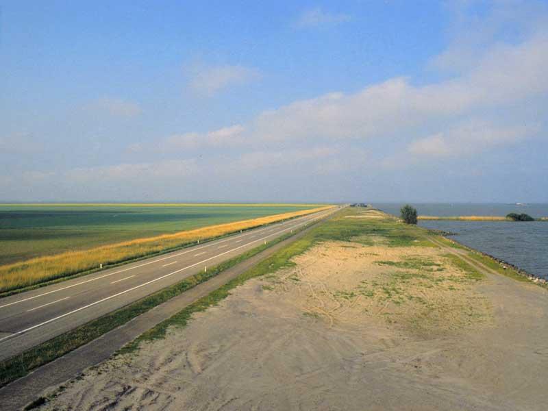 30. Schaltstelle zwischen ehemaligem Meer und abgedeichtem Meer: De BlocQ van Kuffler, Schleuse, Ijsselmeer – Polder